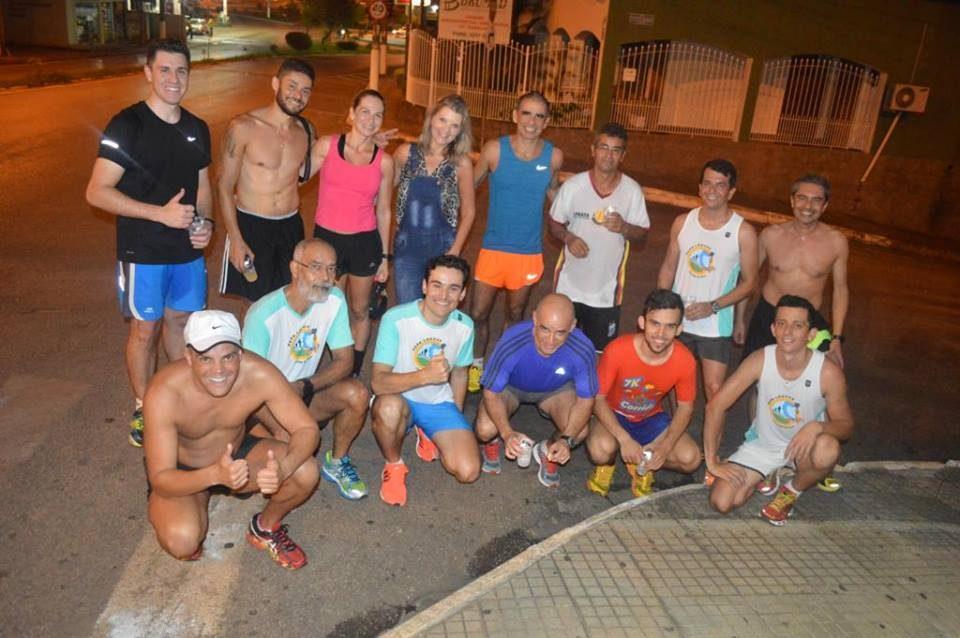 Laurindo Neto (em pé, de camiseta azul) e parte do grupo Papaléguas, que conta com cerca de 80 corredores itapevenses