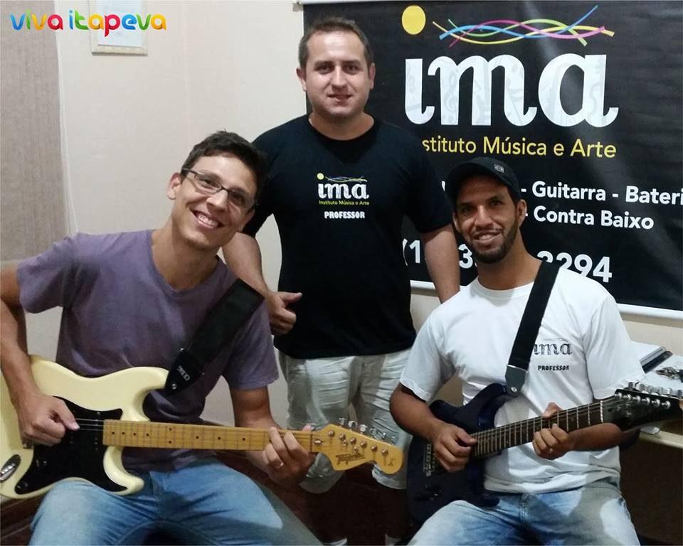 O aluno Marcel Rodrigues, o professor de guitarra Danilo Santos e o professor de bateria e proprietário do IMA, Vinícius Chrischner, comemoram a vinda de Juninho Afram.