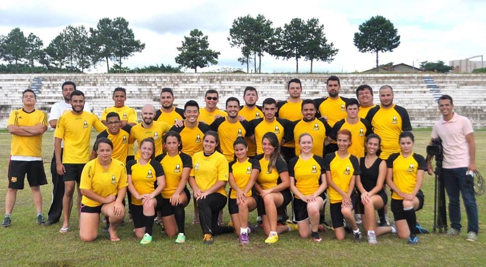 Na foto, as duas equipes de atletas do rugby itapevense