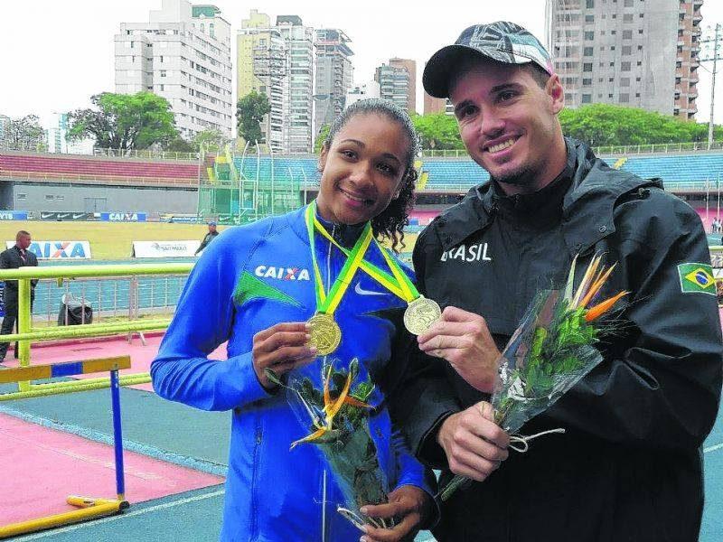 A atleta Débora dos Santos com o técnico Guilherme Pizzirani