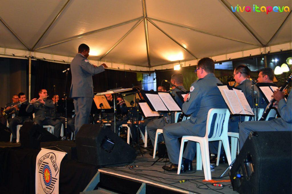 A banda sinfônica da Polícia Militar tocou na Praça Anchieta na abertura da Semana