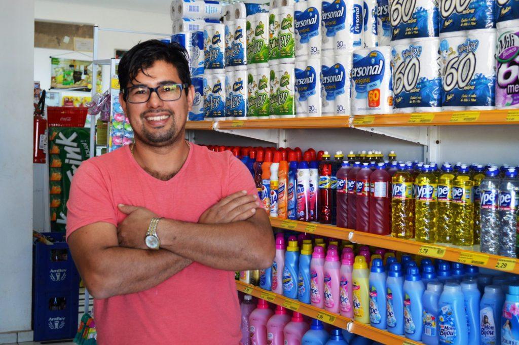 O empresário Reinaldo Dias de Pontes comemora as boas vendas em seus dois mini-mercados