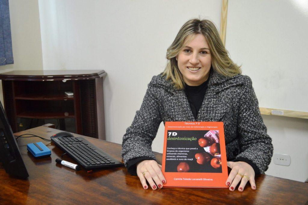 Dra. Camila Locatelli resumiu a Técnica 7D em um livro, onde explica como funciona o tratamento de suplementação de vitaminas, minerais e a ação medicinal dos alimentos