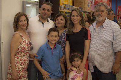 familia-na-inauguracao-do-supermercado-dia