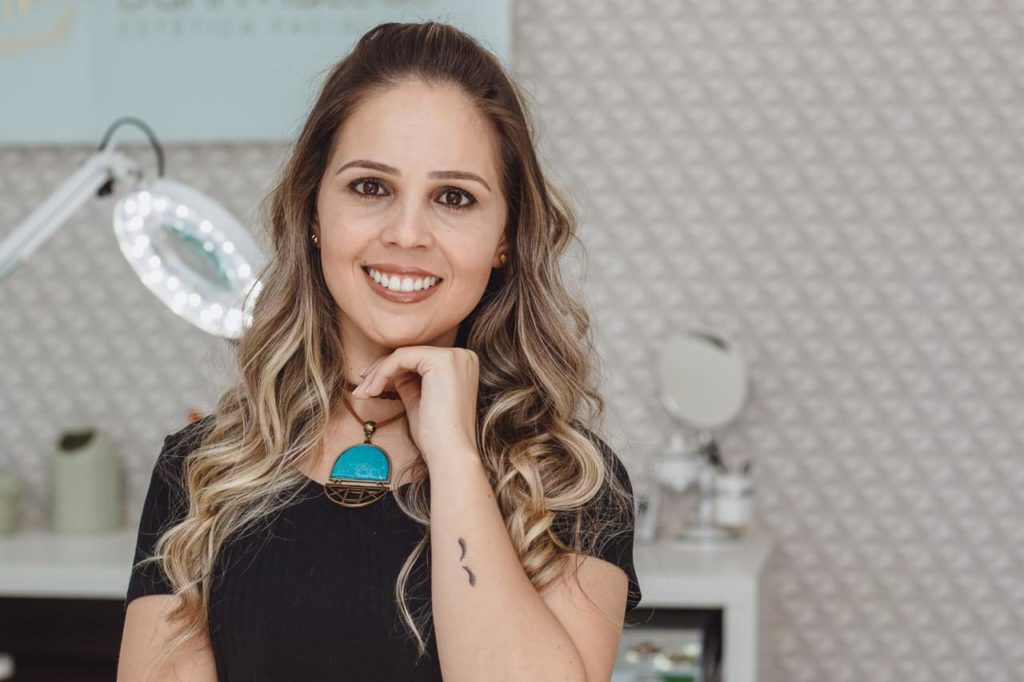 Dani Macedo traz despigmentação de sobrancelhas para Itapeva
