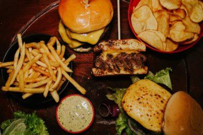 Querência Grill lança hambúrgueres artesanais assados na Parrilla Argentina