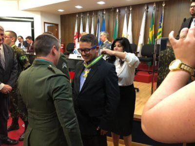 João Vincenzo recebe medalha do Tiro de Guerra de Sorocaba