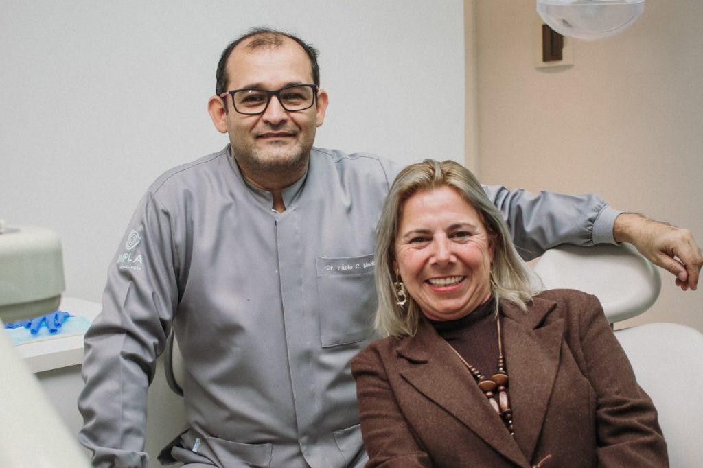 Dr Fábio e sua paciente Neide Tavares, que realizou seu sonho com a reabilitação oral