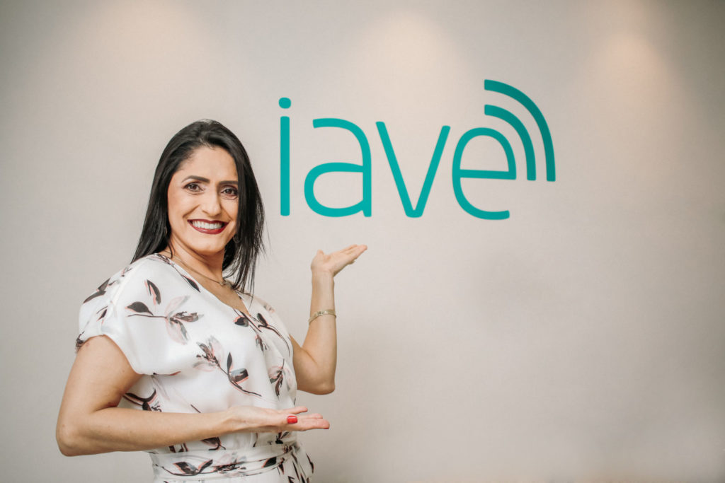 A fonoaudióloga Edvânia Rodrigues comemora nova fase do IAVE