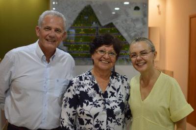 Ana Maria do Prado, ladeada pelo casal Fernando e Salete Butzer, prestigia o evento em comemoração ao primeiro mês de lançamento do Botanic Garden