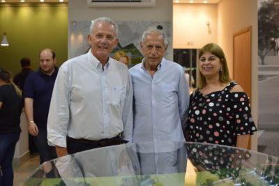No estande de vendas, Fernando Butzer recebe o presidente da Associação dos Engenheiros de Itapeva, José Orlando e sua esposa, Rosana Ayub Silva