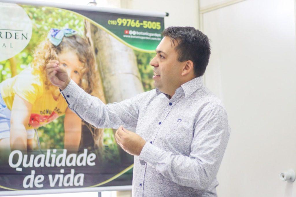 Alan Simões, da Trevisan, expôs os diferenciais do residencial Botanic Garden aos advogados presentes