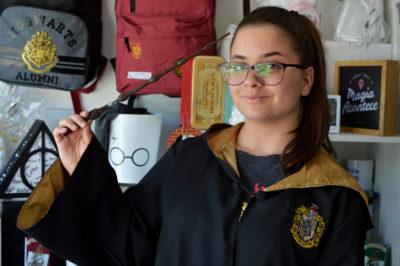 Thaynara com a capa e a varinha do bruxo Harry Potter: sucesso de vendas