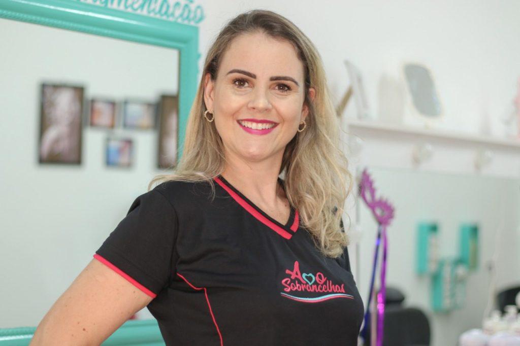 Fabiana Salvador Simões dirige a empresa Amo Sobrancelhas
