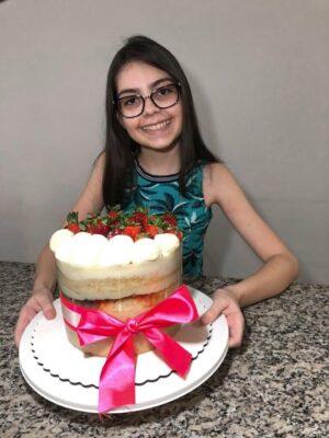 Fernanda e seu delicioso bolo de morango, sucesso de vendas