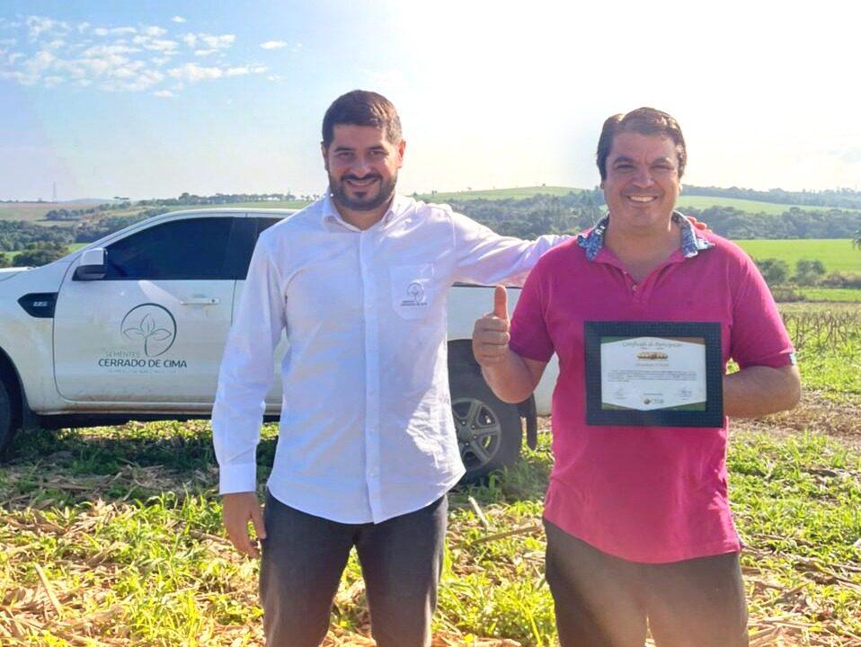 Alessandro Paiva, da Cerrado de Cima, entrega o certificado ao sojicultor